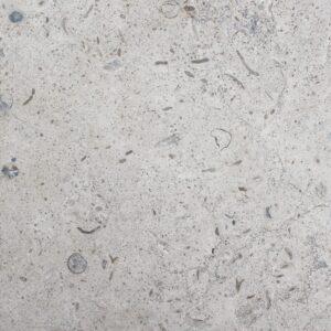 A pedra NFT MZ é um calcário de cor azulada ou acizentada, com grão médio e dureza média. Ocasionalmente pode apresentar algumas sombras, regularmente composto por pequenos fósseis.